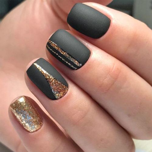 Короткие матовые ногти с блестками
