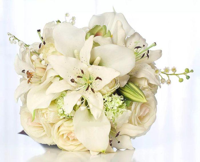 букет невесты с лилиями