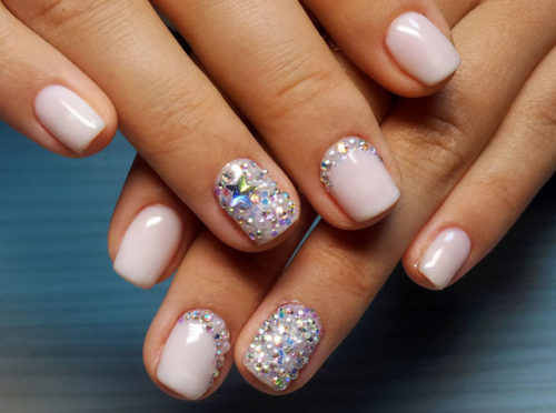 Короткие ногти со стразами